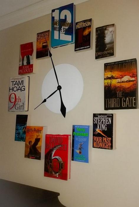 Огромные и симпатичный настенные часы созданы из книг - интересное решение для декора комнат.