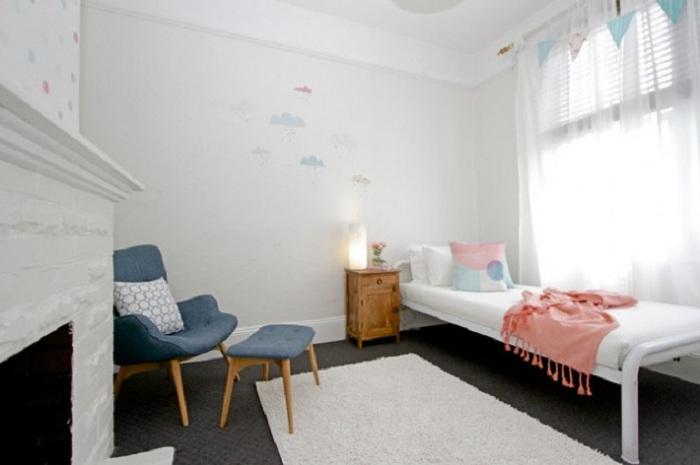 Комната в серо-белых тонах - это прекрасное цветное решение, так как в нем открывает истинный стиль модерн и классика.