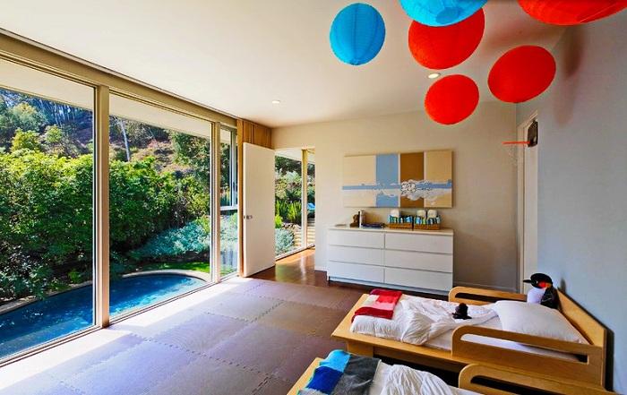Минимализм и яркие детали в дизайне комнаты - это просто неотъемлемая часть стиля модерн.