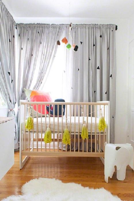 Маленькая прекрасная кроватка и отличный интерьер комнаты произведут незабываемое впечатление дизайна интерьера в стиле модерн.