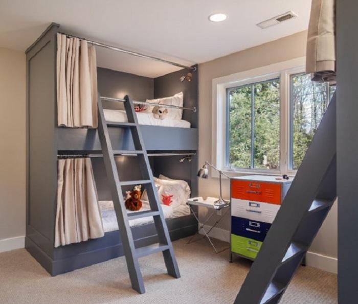 Детская спальня с двуярусной кроватью выполнена в темных и светлых тонах, что особо подчеркивает утонченность стиля модерн.