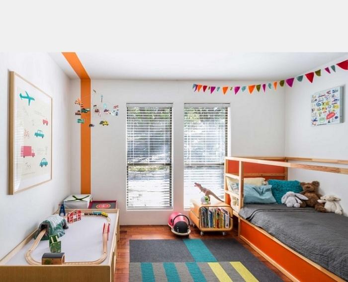 Светлая комната с прекрасными дизайнерскими решениями в интерьере стиля модерн.
