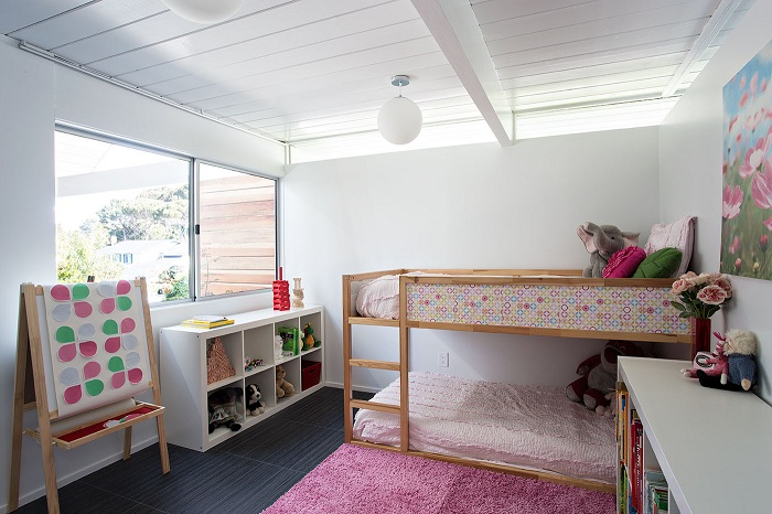 Оформление комнаты в стиле модерн для настоящих маленьких леди в бело-розовых тонах.