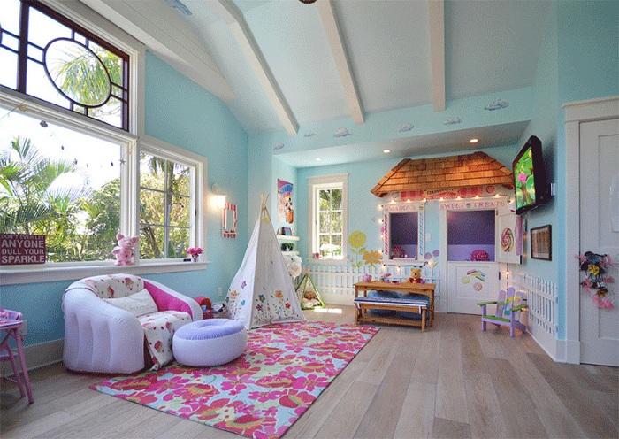 Прекрасная яркая спальня с интересным вигвамом. Источник вдохновения и веселья.
