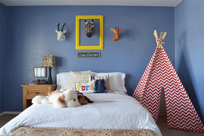 Милая спальня с полосатым вигвамом.