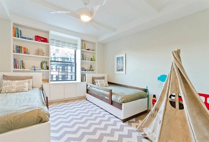 Крутая мальчиковая спальня с симпатичным вигвамом, который создает особенную атмосферу.
