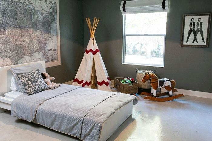 Белый вигвам украшает спальню, которая оформлена в серых тонах.