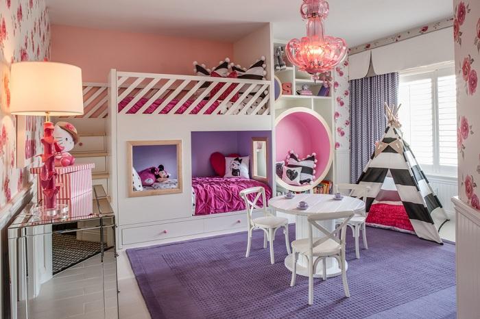 Красивая спальня в розово-фиолетовых тонах с черно-белыми вставками.