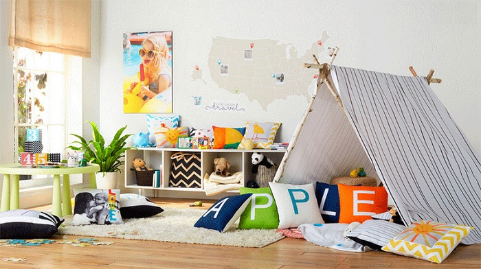Спальня с вигвамом и яркими подушками буквально создана для веселья.