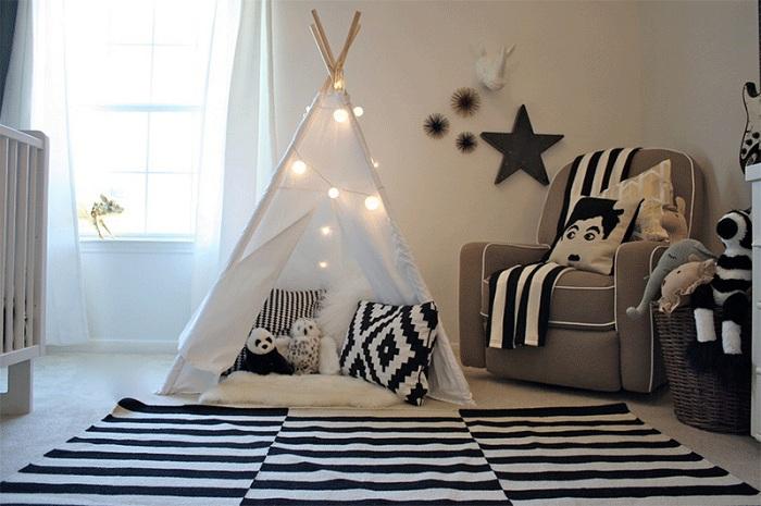 Детская спальня оформлена в черно-белых тонах с милым вигвамом.