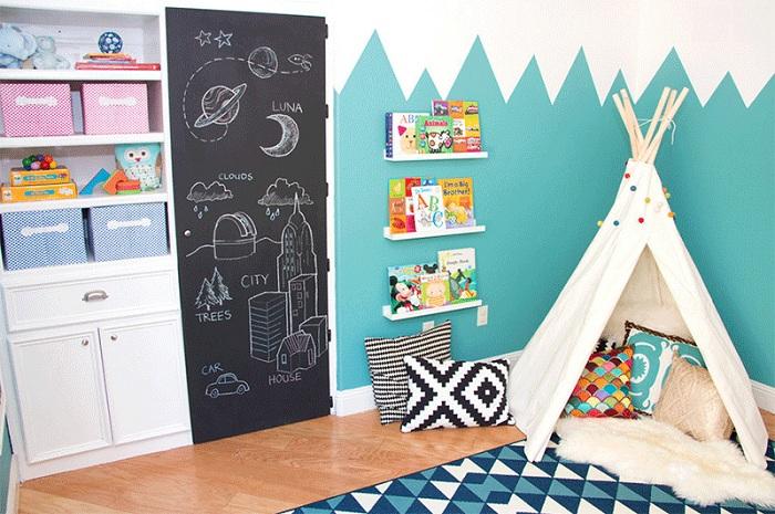 Спальня с вигвамом, в котором дети могут читать любимые книги.