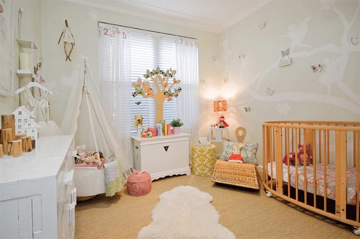 Причудливая спальня с деревянными элементами и вигвамом.