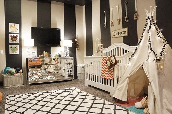 Стены в черно-белую полосу в детской: нестандартное решение и вигвам с помпонами.