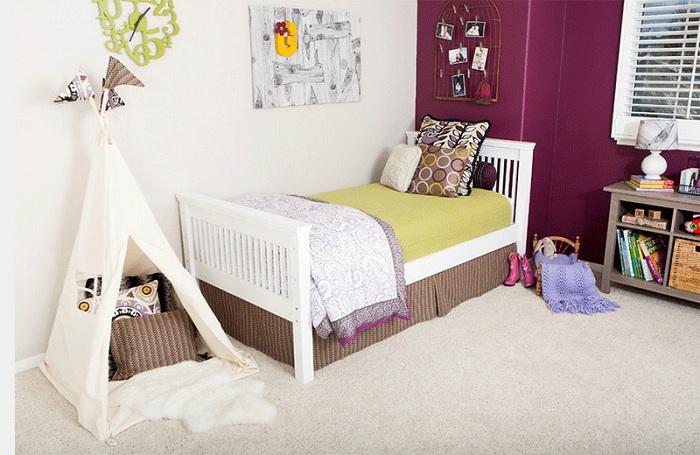 Крошечная детская комната, которая украшена вигвамом.