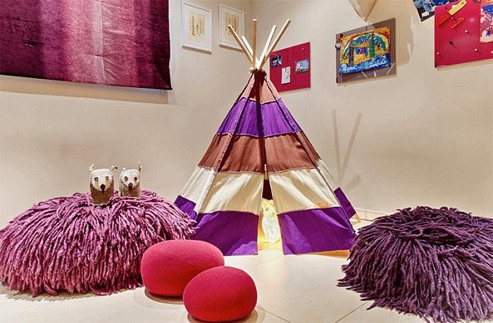 Детская комната дополнена яркими элементами декора. Дополняет общую обстановку комнаты вигвам.