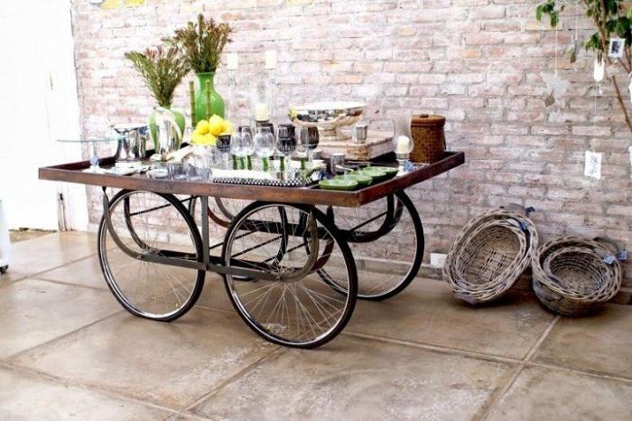 Интересный бар-стол на колесах - отличный предмет, которые пригодится в быту.