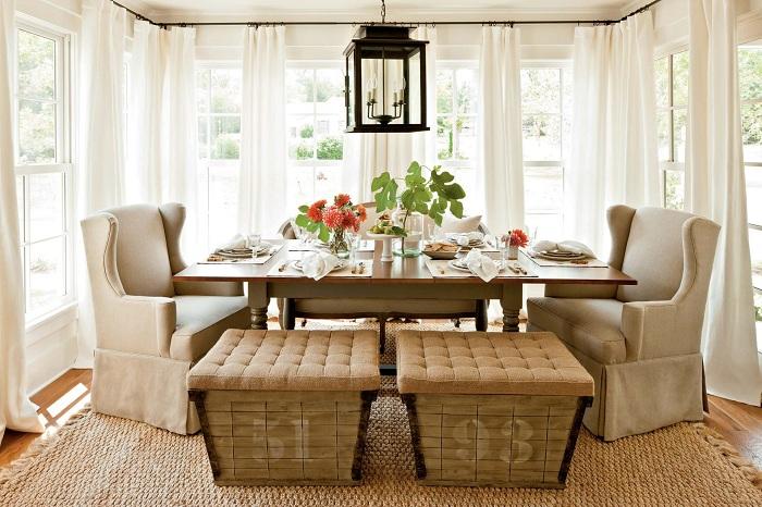 Столовая в нежных и светлых тонах с белыми шторами, которые еще больше освежают интерьер.