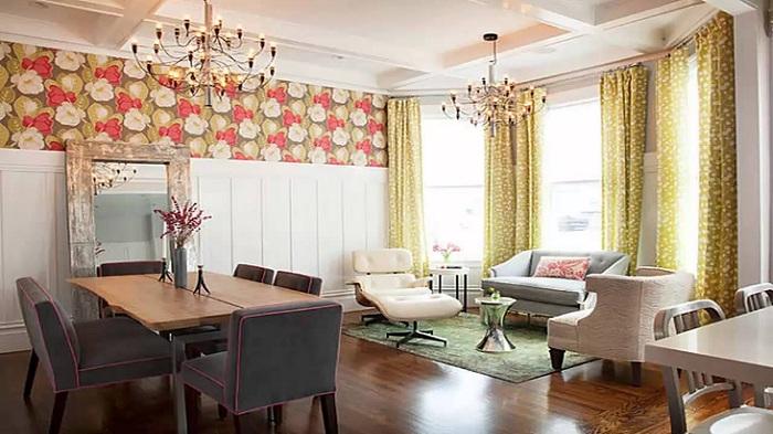Гостиная рассчитанная на большое количество гостей, украшена симпатичными шторами в зеленых тонах.