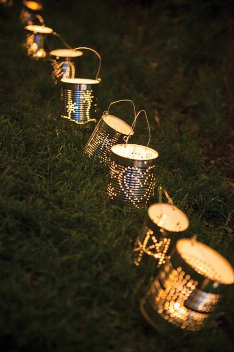 Создать прекрасную и безмятежную атмосферу возможно при помощи перфорированных жестяных фонариков.