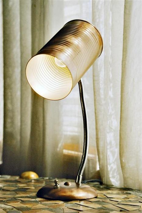 Креативное и необыкновенное решение создать настольную лампу из жестяной банки.