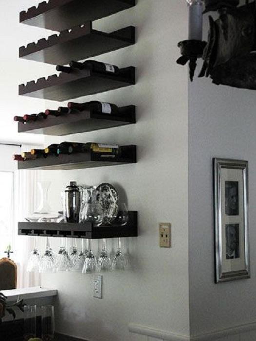 Деревянные удобные полки специально для хранения вина, понравятся с первого взгляда.