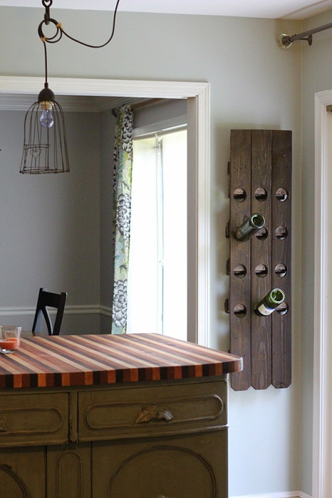 Удобный винный мини-бар удачно разместился на стене и дополняет по своему интерьер.