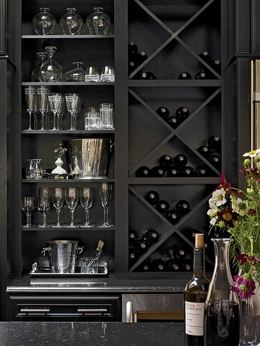 Очень строгий, но интересный стиль в оформлении места для хранения вина в темных тонах.