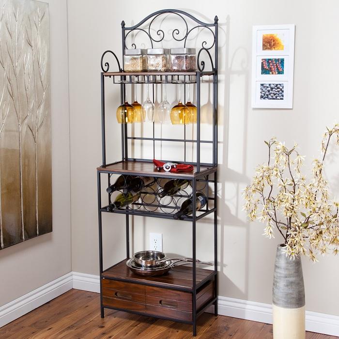 Винный мини-бар в комнате может стать отличным дополнением к интерьеру.