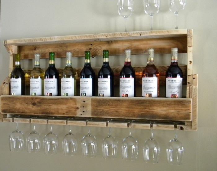 Удобная деревянная полочка для вина на которой разместились и бокалы.