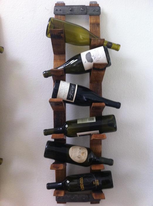 Полочки для хранения вина размещены хаотично, что добавляет определенного шарма этому мини-бару.