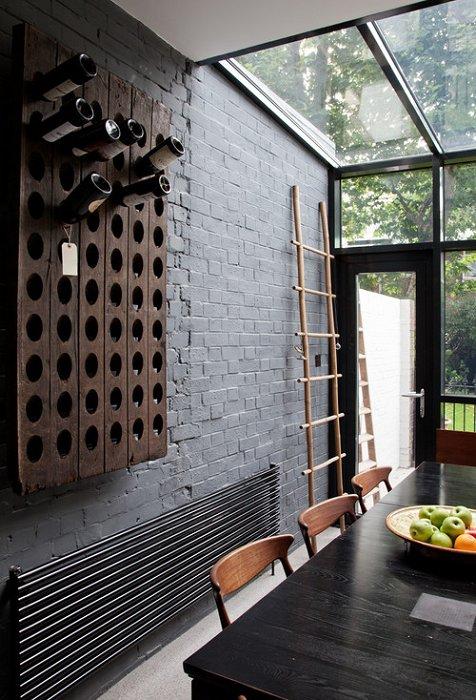 Интересный деревянный мини-бар на стене в комнате, создаст интересную обстановку.