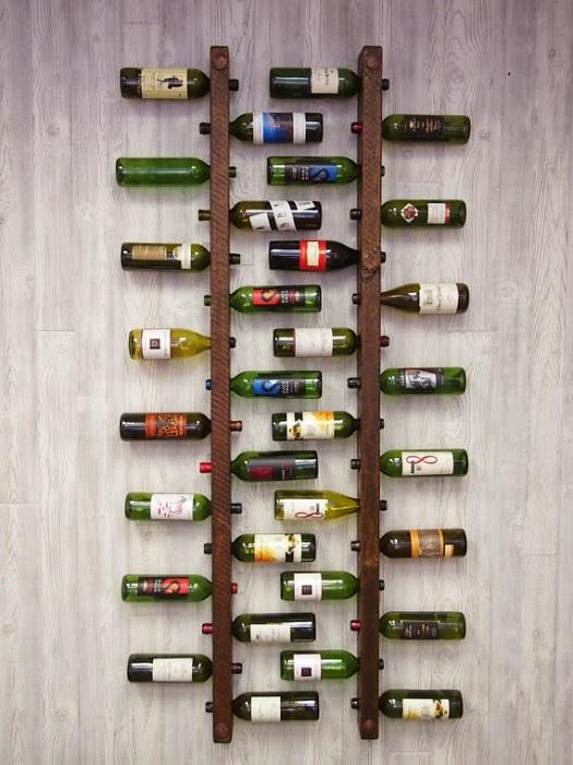 Винные бутылки размещены в шахматном порядке на стене - создают интересное настроение.