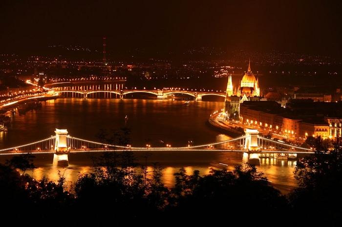 Отличный вид на ночной Будапешт, который весь в огнях.