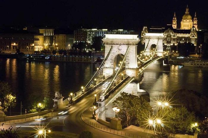 Игра огней мостов Будапешта чарует своей красотой.