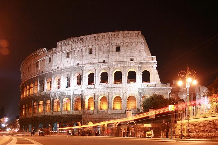 Колизей - это выдающийся памятник архитектуры Древнего Рима, самый крупный амфитеатр античного мира, символ величия и могущества императорского Рима.