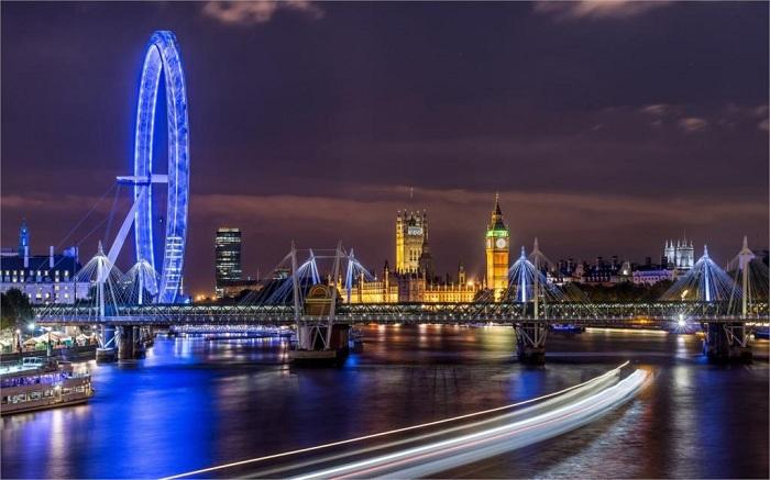 Ночной Лондон, который играет яркими огнями вдохновляет и вызывает только положительные эмоции.