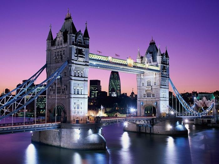 Яркий Тауэрский мост в Лондоне в ночное время поистине прекрасен.