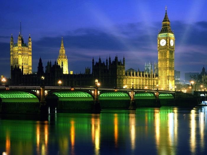 Панорамный вид на ночной Лондон с ярко освещенным Биг-Беном.