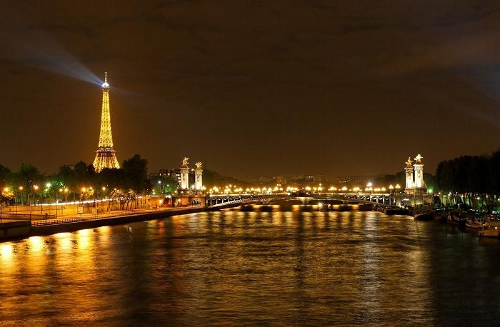 Есть в ночном Париже одна удивительная особенность. Можно совершенно раствориться в этом городе и окунуться в волшебство  полностью.