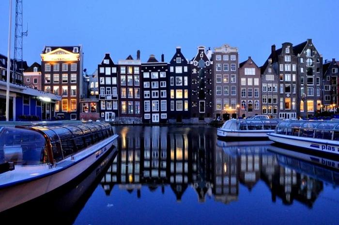 Ночной Амстердам вдохновляет и одновременно завораживает своей архитектурой и атмосферой.