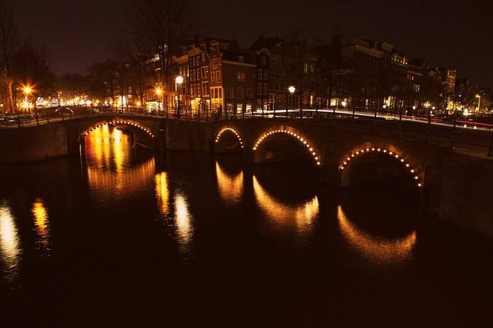Подсветка мостов в Амстердаме создает шикарную атмосферу.