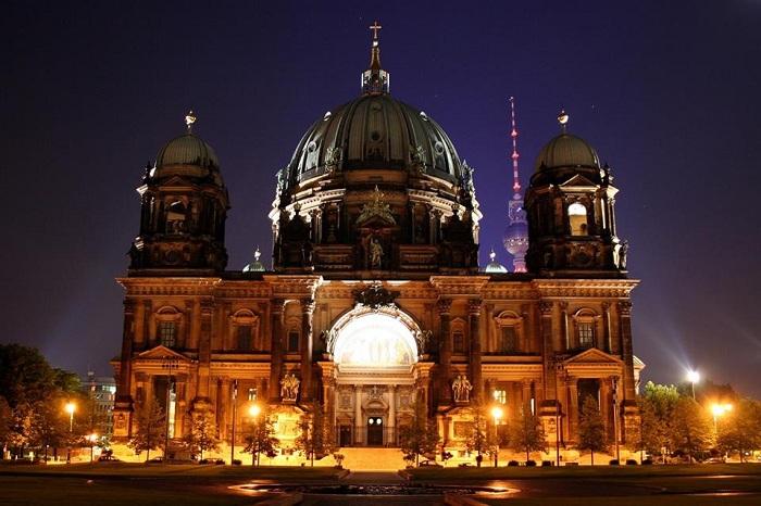 Берлинский кафедральный собор - самая большая евангелическая церковь Германии выглядит потрясающе в вечернее и ночное время.