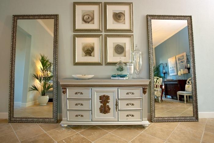 Прекрасные два зеркала по бокам симпатичного комода увеличивают пространство комнаты.