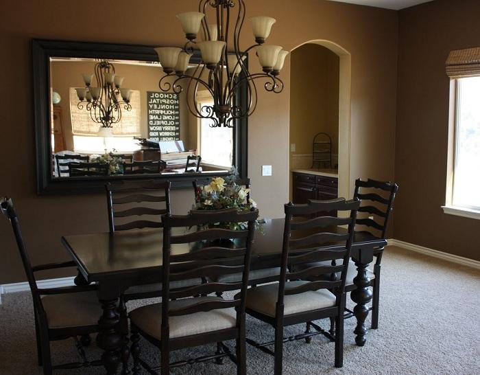 Прекрасная столовая с большим зеркалом, которое позволяет создать дополнительное пространство.