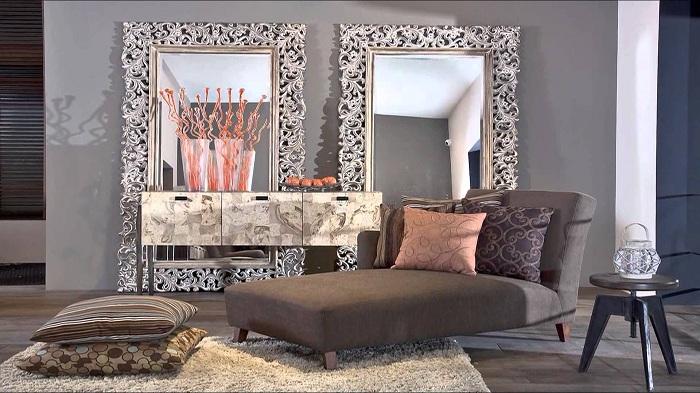 Отличная атмосфера комнаты пропитана домашним уютом и создана при помощи очень красивых зеркал.