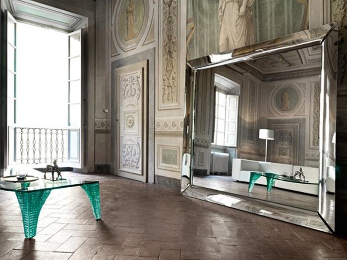Прекрасное сочетание домашнего уюта с шикарными старинными мотивами и большим зеркалом на стене.