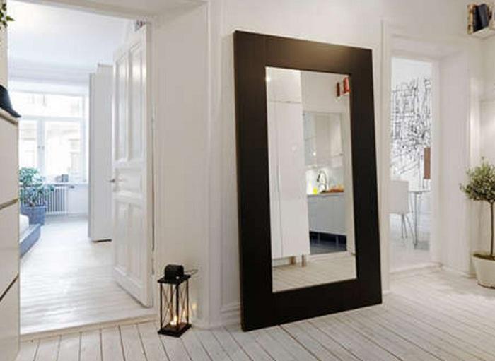 Белоснежная комната с черным зеркалом вызывает необычные первые впечатления относительно её дизайна.