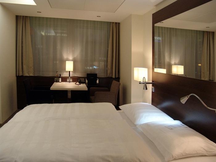 Современная комната с прекрасным зеркалом на стене для отличного времяпровождения.