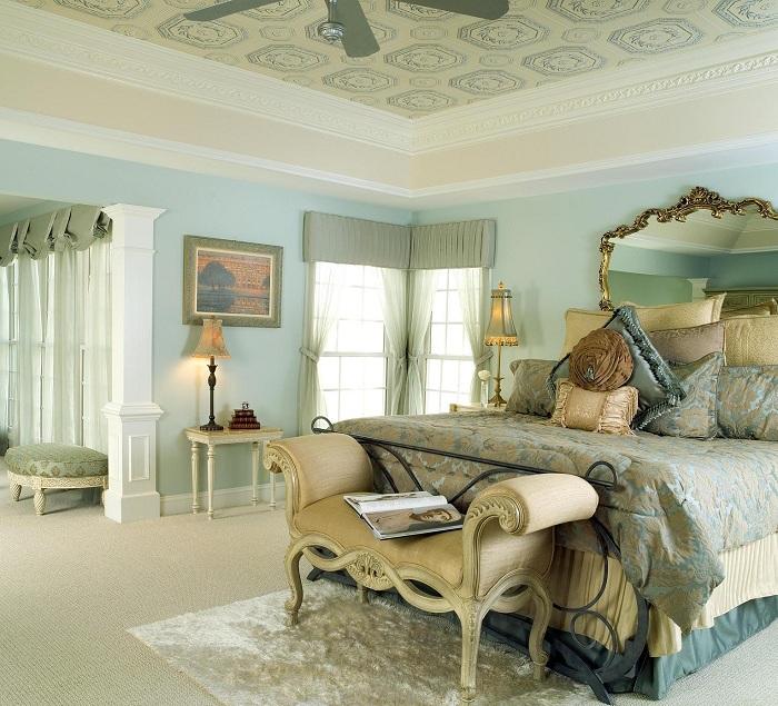 Шикарная комната с богатым интерьером, дополнена потрясающим зеркалом в изголовье кровати.