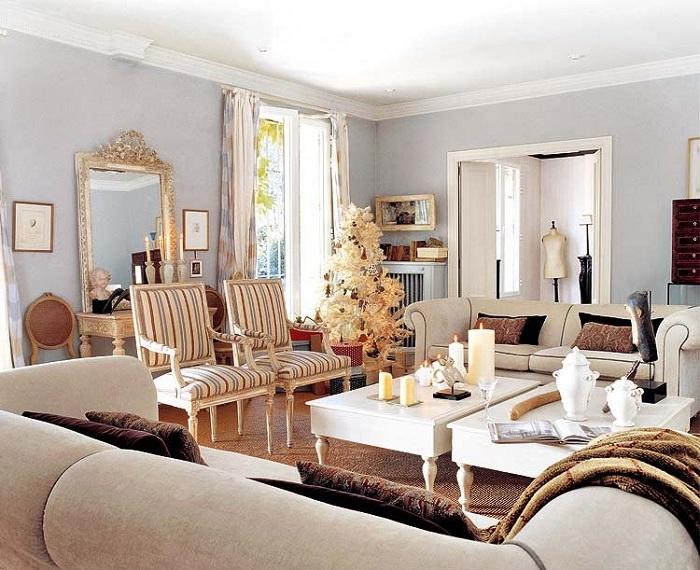 Прекрасная комната в серо-бежевых оттенках с отличным зеркалом что дополняет общую картину обстановки комнаты.